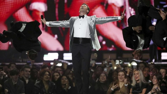 Acara Brit Awards 2019 dibuka oleh penampilan spektakuler Hugh Jackman dengan membawakan 'The Greatest Show' dari film yang ia bintangi, 'The Greatest Showman'. (REUTERS/Hannah McKay)