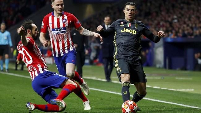 Cristiano Ronaldo (kanan) jadi pemain dengan jumlah percobaan gol paling banyak dalam laga tersebut. Ronaldo tercatat melepaskan tujuh tembakan namun hanya satu yang tepat sasaran. (REUTERS/Juan Medina)