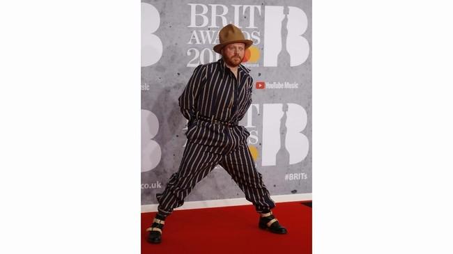 Ada montir di karpet merah Brit Awards? Uppss, salah itu Leigh Francis (REUTERS/Peter Nicholls)