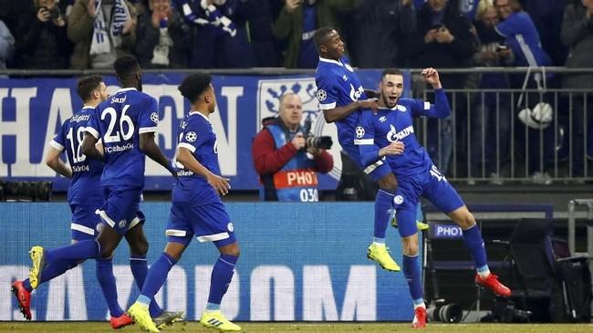 Nabil Bentaleb merayakan gol penalti keduanya bersama sejumlah pemain Schalke. Skor 2-1 untuk tuan rumah bertahan hingga akhir babak pertama. (REUTERS/Wolfgang Rattay)