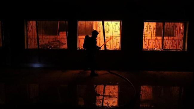 Si jago merah berkobar hingga sepuluh jam sebelum berhasil dipadamkan. (REUTERS/Mohammad Ponir Hossain)