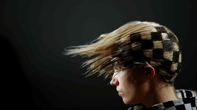 Seorang model memperagakan karya perancang dalam ajang peragaan busana pushBUTTON di London Fashion Week, Inggris. (REUTERS/Henry Nicholls)