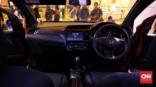 Paling mencolok pada bagian interior adalah penggunaan head unit 'floating'. Mobilio baru masih menawarkan immobilizer, tilt steering, AC double blower, 2 kantong udara, rangka G-CON tetap tersedia pada semua varian. (CNN Indonesia/Hesti Rika)