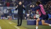 Pelatih Schalke 04 Domenico Tedesco merayakan sukses Nabil Bentaleb mencetak gol kedua tuan rumah. (REUTERS/Wolfgang Rattay)