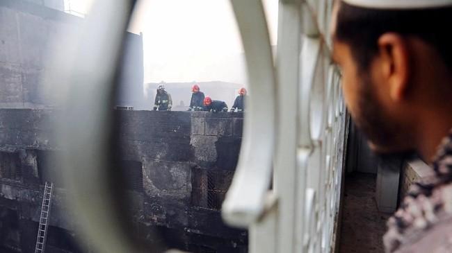 Menurut aparat, kebakaran yang dimulai di sebuah ruko dengan cepat merembet ke bangunan lainnya. (REUTERS/Mohammad Ponir Hossain