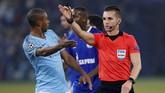 Sebelum jeda babak pertama Schalke kembali mendapat tendangan penalti. Kali ini giliran gelandang Manchester City Fernandinho yang melakukan pelanggaran di kotak penalti. (Reuters/Matthew Childs)