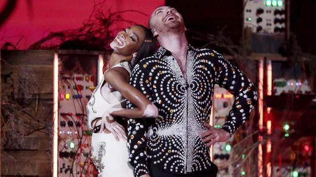 Pesta musisi Inggris tersebut juga dimeriahkan oleh Sam Smith dan aksi model Winnie Harlow. (REUTERS/Hannah McKay)