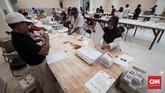 Setelah dicetak, proses selanjutnya adalah menyortir serta melipatnya sesuai lipatan surat suara. Salah satunya, puluhan orang yang membantu pelipatan surat suara untuk Pileg Dapil DKI Jakarta 2 yang dilakukan di GOR Pancoran, Jakarta Selatan, 22 Februari 2019. (CNNIndonesia/Safir Makki)