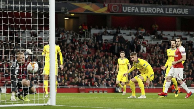 Arsenal membukukan keunggulan 1-0 sekaligus membuat skor agregat menjadi seimbang 1-1 setelah Zakhar Volkov mencetak gol bunuh diri pada menit keempat lantaran salah mengantisipasi bola yang dikirimkan Aubameyang. (Reuters/John Sibley)
