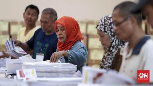 Setelah proses pelipatan surat suara untuk Pileg Dapil DKI Jakarta 2 itu selesai, maka dilanjutkan pelipatan surat suara untuk pemilu DPD. (CNNIndonesia/Safir Makki)