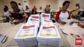 Pelipatan surat suara untuk Pemilu 2019 untuk wilayah Jakarta Selatan dibagi dua tempat yaitu di Kecamatan Cilandak dan Pancoran. (CNNIndonesia/Safir Makki)