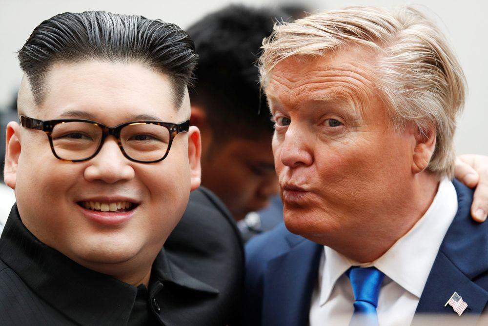 Kehadiran Donald Trump dan Kim Jong Un gadungan di Hanoi, Vietnam pada Kamis (22/2), sukses mencuri perhatian publik.