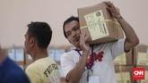 Surat-surat suara yang telah dilipat lalu disusun serta dikemas kembali kemudian disimpan ke dalam tempat penyimpanan khusus yang disediakan KPU. (CNNIndonesia/Safir Makki)