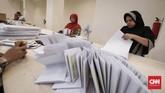 Tugas pertama para pekerja ialah menyortir surat suara antara surat suara yang cacat dan yang tidak cacat. Kecacatan surat suara dapat dilihat dari kebersihan surat suara dan ada atau tidaknya lubang di surat suara. (CNNIndonesia/SafirMakki)