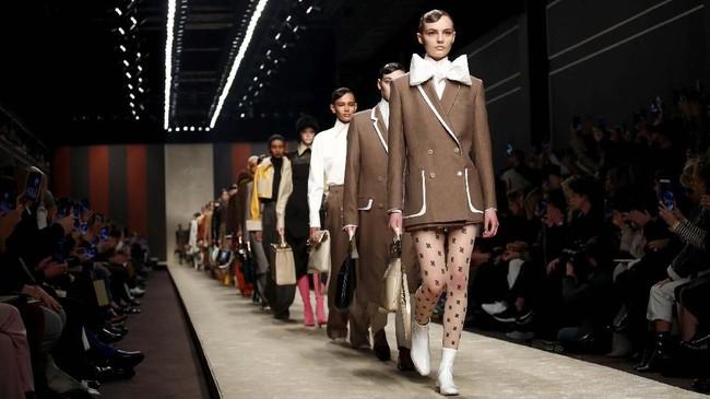 Fendi benar-benar memenuhi janjinya untuk tetap menyelenggarakan pertunjukan koleksi terbarunya di Milan Fashion Week, Kamis (21/2). Koleksi Fall/Winter 2019 adalah koleksi terakhir Fendi bersama Karl Lagerfeld. (REUTERS/Alessandro Garofalo)