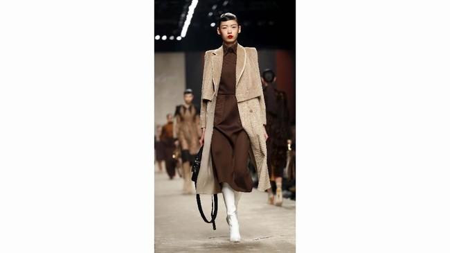 Siluet-siluetnya beragam dan tetap mempertahankan gaya elegan Fendi seperti celana panjang dengan pinggang tinggi, mantel, rok lipit, dan blazer. Koleksi ini terpengaruh dari koleksi busana pria. (REUTERS/Alessandro Garofalo)