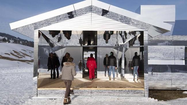 Seniman asal Amerika, Doug Aitken, membangun rumah bertembok kaca di area bersalju Gstaad. (Anthony Anex/Keystone via AP)