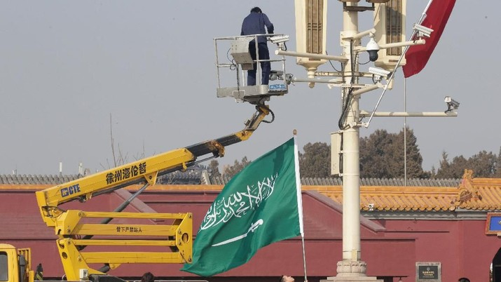 Workers hang up flags of Saudi Arabia and China in front of Tiananmen Gate before Saudi Crown Prince Mohammed bin Salman's visit to Beijing, China February 21, 2019. REUTERS/Jason Lee