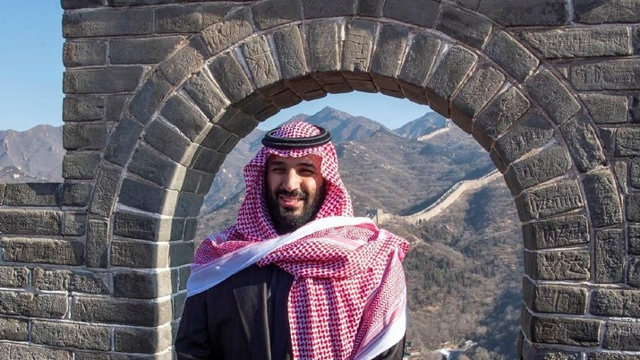 Saudi Arabia's Crown Prince Mohammed bin Salman poses for the camera during his visit to Great Wall of China in Beijing, China February 21, 2019. Bandar Algaloud/Courtesy of Saudi Royal Court/Handout via REUTERS ATTENTION EDITORS - THIS PICTURE WAS PROVIDED BY A THIRD PARTY.
