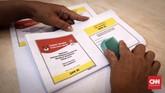 Pelipatan surat suara untuk Pemilu 2019di GOR Pancoran inidibantu32 orang. Mereka diberi target dalam empat hari bisa melipat hingga800 ribu surat suara. (CNNIndonesia/Safir Makki)