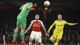 Petr Cech menanduk bola untuk mengamankan gawang Arsenal dari serangan BATE yang dilakukan Maksim Skavysh. (Action Images via Reuters/John Sibley)