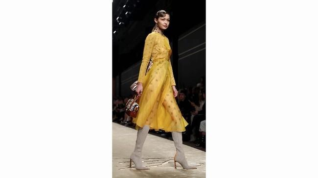 Wanita yang digadang-gadang bakal menggantikan Lagerfeld di Fendi ini mengatakan, koleksi yang ditampilkannya ini disebutnya sebagai 'aspek-aspek Lagerfeld'. Ini dapat dilihat dari desain dan tampilan model. (REUTERS/Alessandro Garofalo)