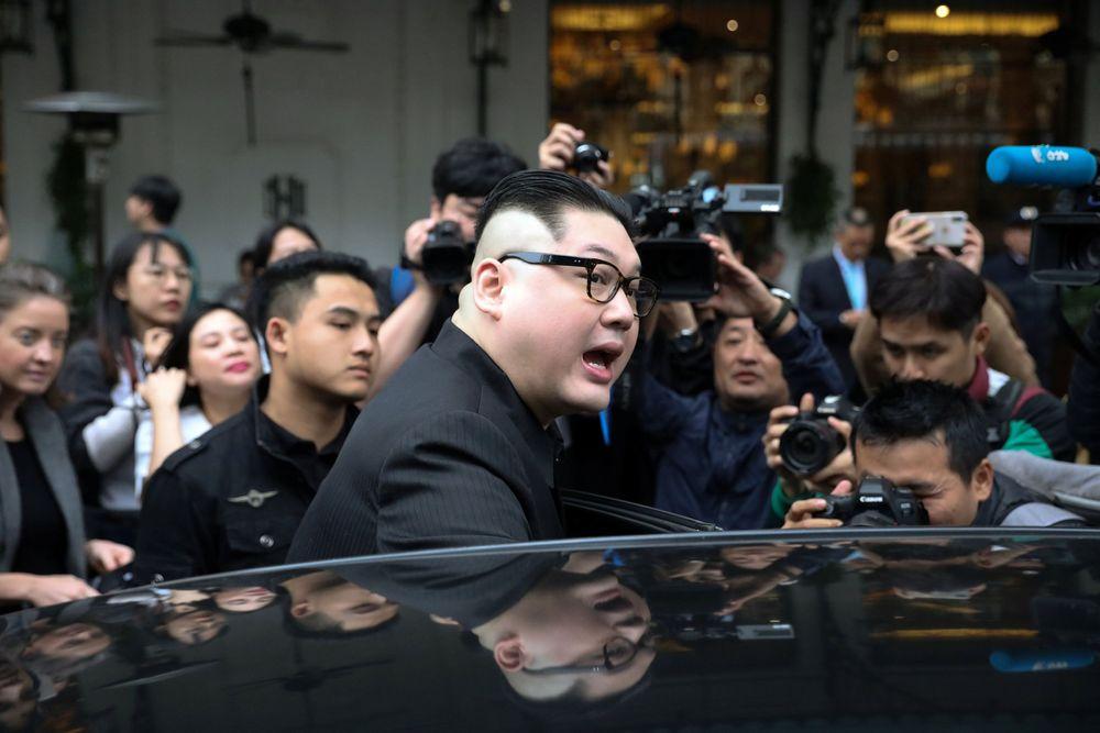Pertemuan kedua peniru tersebut berlangsung di luar gedung Opera, Hanoi, Vietnam. (REUTERS/Athit Perawongmetha)