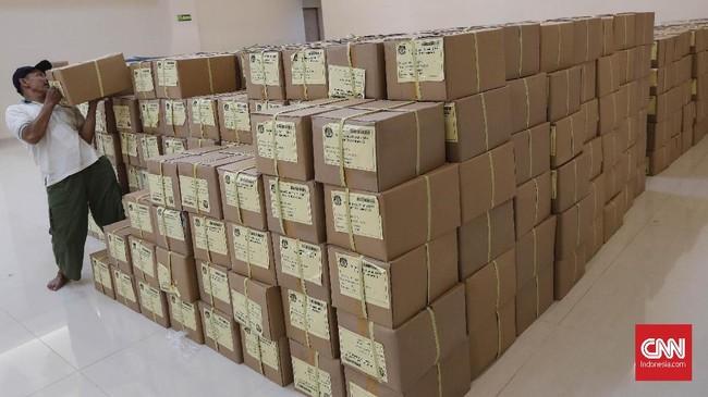 Di wilayah Dapil DKI Jakarta 2 setidaknya ada 1,7 juta lembar surat suara yang mesti terlipat. (CNNIndonesia/Safir Makki)