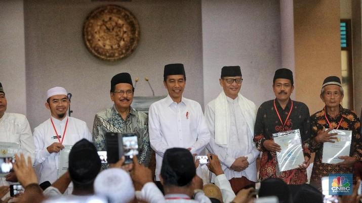 Usai Solat Jumat Jokowi Bagikan 351 Sertifikat Tanah Wakaf