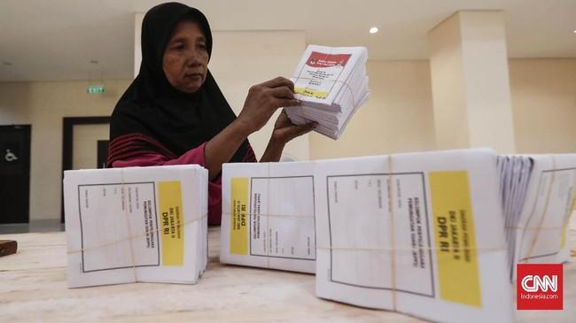 Usai pelipatan surat suara Pilpres 2019 selesai dilanjutkan pelipatan surat suara pemilu DPR RI Dapil 2 yang ditargetkan selesai akhir Februari. (CNNIndonesia/Safir Makki)