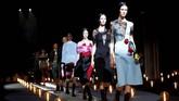Prada memberikan sentuhan romantis untuk panggung Milan Fashion Week 2019. Koleksi Fall/Winter kali ini memperlihatkan kedua sisi kisah cinta. (REUTERS/Alessandro Garofalo)