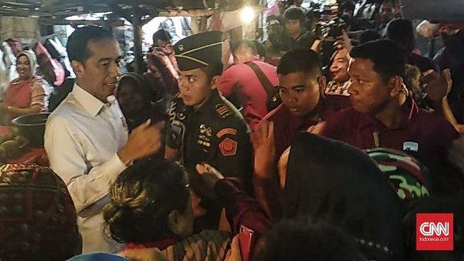 Ke Pasar Minggu, Jokowi Beli Kedondong dan Cek Harga Sembako