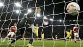 Shkodran Mustafi mencetak gol kedua Arsenal setelah memanfaatkan sepak pojok Granit Xhaka pada menit ke-39. (REUTERS/Eddie Keogh)