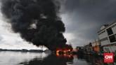 Kebakaran diPelabuhan Nizam Zachman Muara Baru, Jakarta. Sabtu (23/2) berlangsung lebih dari tiga jam. (CNN Indonesia/Adhi Wicaksono)