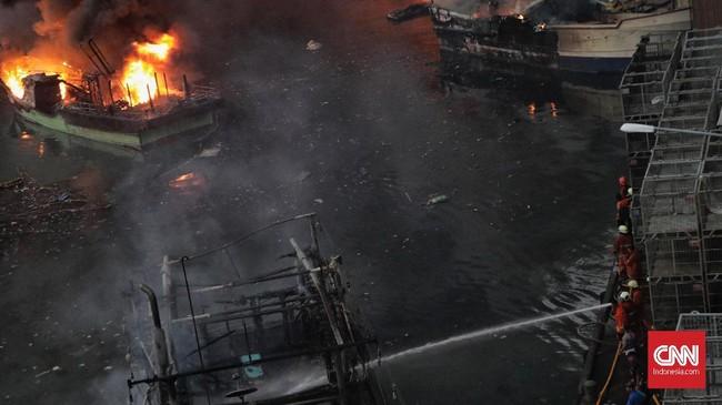 Kapal-kapal yang terbakar di Pelabuhan Nizam Zachman Muara Baru, Jakarta. Sabtu, (23/2) sore. (CNN Indonesia/Adhi Wicaksono)