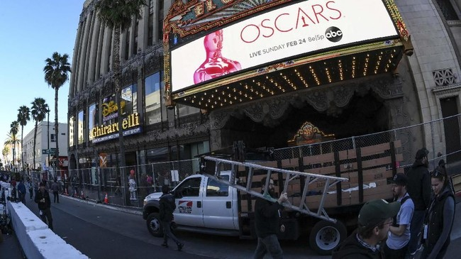 Dolby Theatre, Los Angeles, Amerika mulai bersolek menjelang malam penganugerahan Academy Awards ke-91 atau Oscar 2019 yang digelar Minggu (24/2) malam waktu setempat. (Eric BARADAT / AFP)