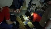 Para petugasBNN dan sipir juga menggeledah ruang tahanan narapidana kasus narkoba diLapasKlas IIB Tulungagung, Tulungagung. (ANTARA FOTO/Destyan Sujarwoko).