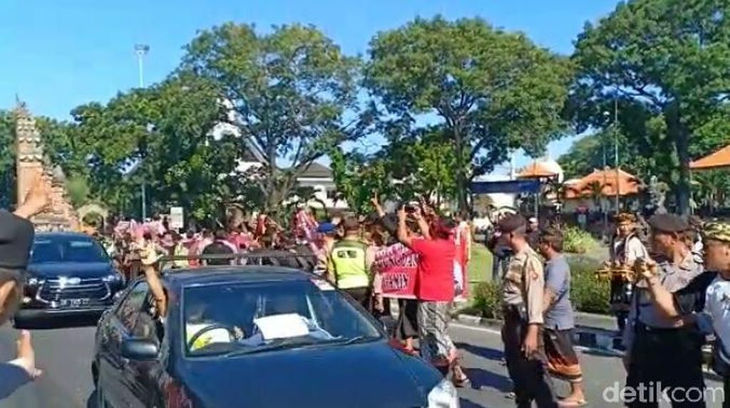 Tiba di Bali, Sandiaga Disambut Spanduk 'Bali Basis Jokowi-Amin'