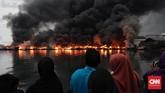 Puluhan kapal nelayan terbakar saat bersandar di Pelabuhan Nizam Zachman Muara Baru, Jakarta. Sabtu, (23/2). (CNN Indonesia/Adhi Wicaksono)