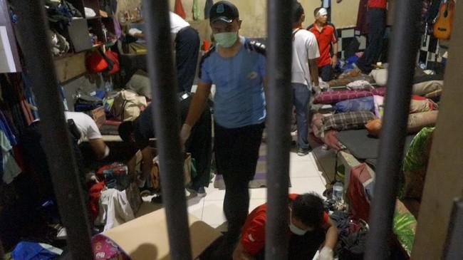 Selain itu BNN bersama petugas lapas juga melakukan razia diLapasKlas IIB Tulungagung, Tulungagung, Jawa Timur, Jumat (22/2). (ANTARA FOTO/Destyan Sujarwoko).