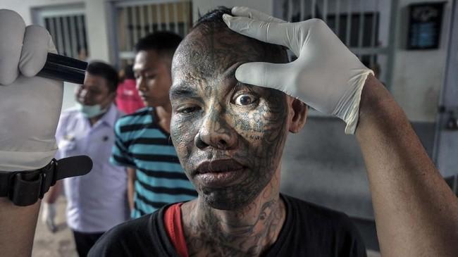 Selain merazia, petugas BNN juga memeriksa warga binaan atau narapidana untuk memastikan mereka juga positif mengonsumsi narkoba atau tidak. (ANTARA FOTO/Harviyan Perdana Putra).