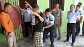 Penggeledahan dan razia terhadap narapidana juga dilakukan di Lapas kelas II B Meulaboh, Aceh Barat, Aceh. (ANTARA FOTO/Syifa Yulinnas).