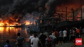 Si jago merah melalap kapal nelayandi Pelabuhan Nizam Zachman Muara Baru, Jakarta. Sabtu (23/2). (CNN Indonesia/Adhi Wicaksono)