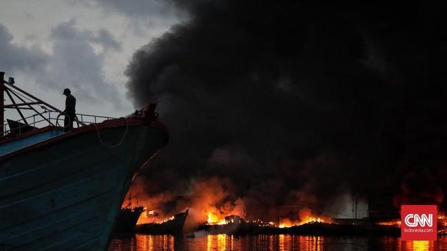 Api sulit dipadamkan saat kebakaran di Pelabuhan Muara Baru, Jakarta Utara. (CNN Indonesia/Adhi Wicaksono)
