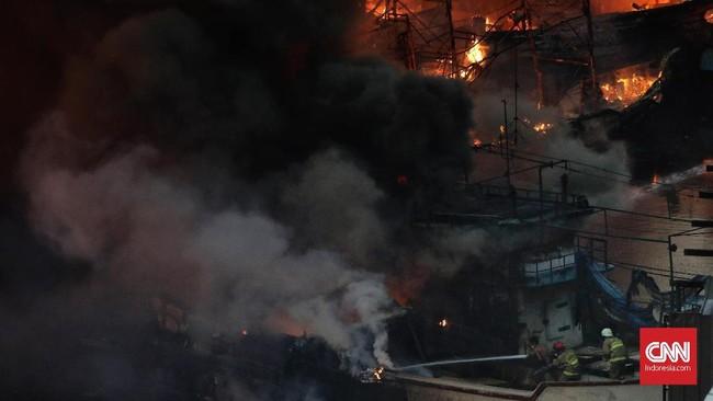 17 mobil pemadam kebakaran dikirim ke lokasi kebakarandi Pelabuhan Nizam Zachman Muara Baru, Jakarta. (CNN Indonesia/Adhi Wicaksono)
