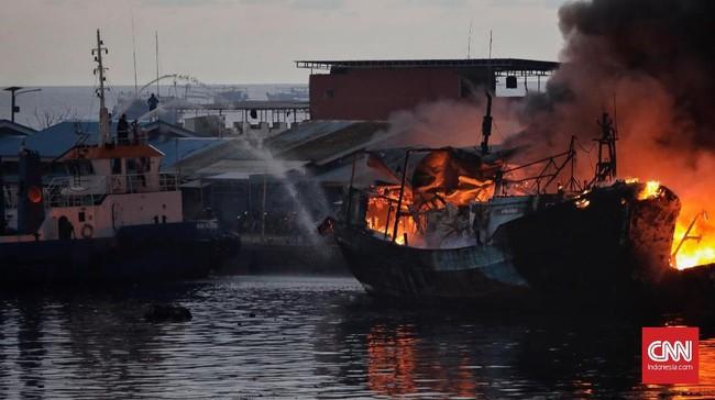 Puluhan kapal nelayan ikut terbakar di Pelabuhan Nizam Zachman Muara Baru. (CNN Indonesia/Adhi Wicaksono)