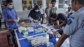 Dalam razia di Lapas Klas IIB Tulungagung petugas menemukan satu paket sabu, ratusan butir pil double L serta handphone. (ANTARA FOTO/Harviyan Perdana Putra).