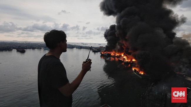 Asap hitam membumbung tinggi di langit Jakarta Utara saat kebakaran di Muara Baru. (CNN Indonesia/Adhi Wicaksono)