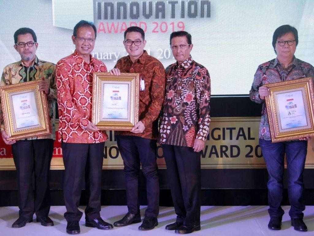 Penghargaan diserahkan oleh Komisaris Warta Ekonomi Fadel Muhammad kepada Deputy Director Mandiri Tunas Finance (MTF) William Francis Indra di Jakarta, Jumat (22/2/2018). Istimewa/MTF.