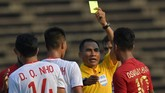 Wasit Thant Z in Oo memberi kartu kuning kepada pemain Timnas Indonesia U-22 Osvaldo Ardiles Haay setelah bersitegang dengan pemain Vietnam Dung Quang Nho. (ANTARA FOTO/Nyoman Budhiana)